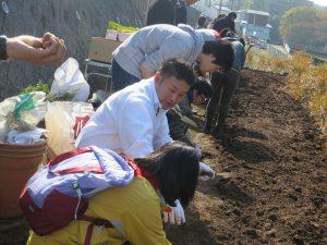 市議会議員の草間さんも花植えに参加しました