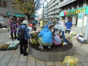 小学生も参加して花壇づくり