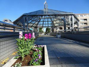 駅前歩道橋上の風景