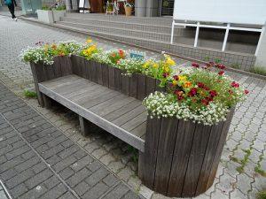 駅前花壇やベンチ花壇の植え替え3