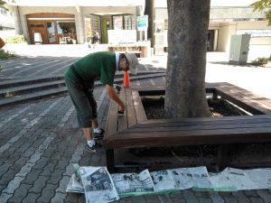 8月、ステージ広場の花壇とベンチにチークオイルを塗布
