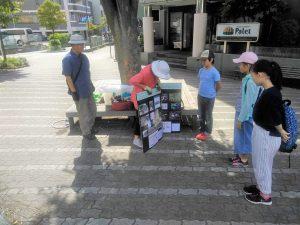 8月、夏休みの小中学生ボランティアに活動について説明