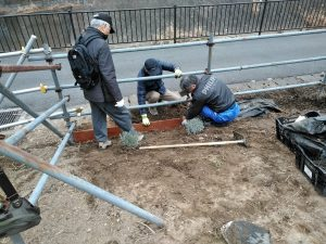雑草止めの板と防草シートを敷設する工事