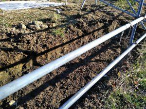 斜面の草の根を掘ると50センチの段差ができました