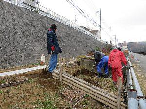 堆肥づくりの穴掘り作業