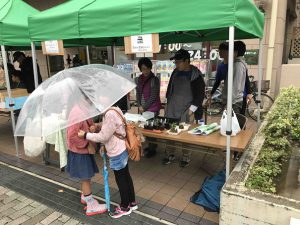 小雨の中、子供も来ました