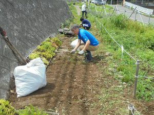 鍛冶橋側の園路の草取りをして拡幅