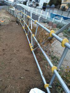 鍛冶橋口の鉄パイプ沿いの雑草の根を掘り出しました