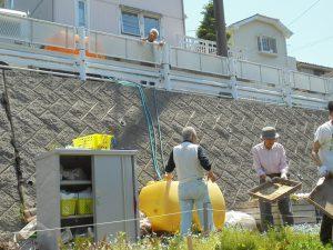 給水隊が貯水タンクに水を運んできてくださいました
