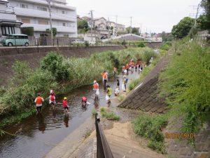 早渕川クリーン作戦で川に入り掃除する子供達