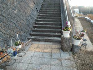 中央デッキ階段下にはきれいな花の咲く植木鉢