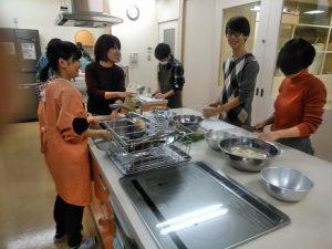 前日、都市緑化研の学生が中心になり、芋煮下ごしらえ