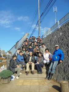 井上先生と参加者約30人で記念写真