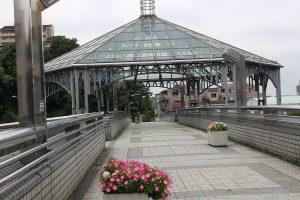 歩道橋のモニュメント