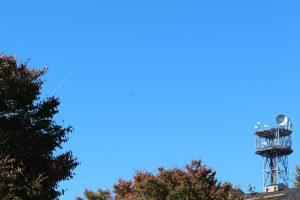 青空を飛行機が飛んで行きました。